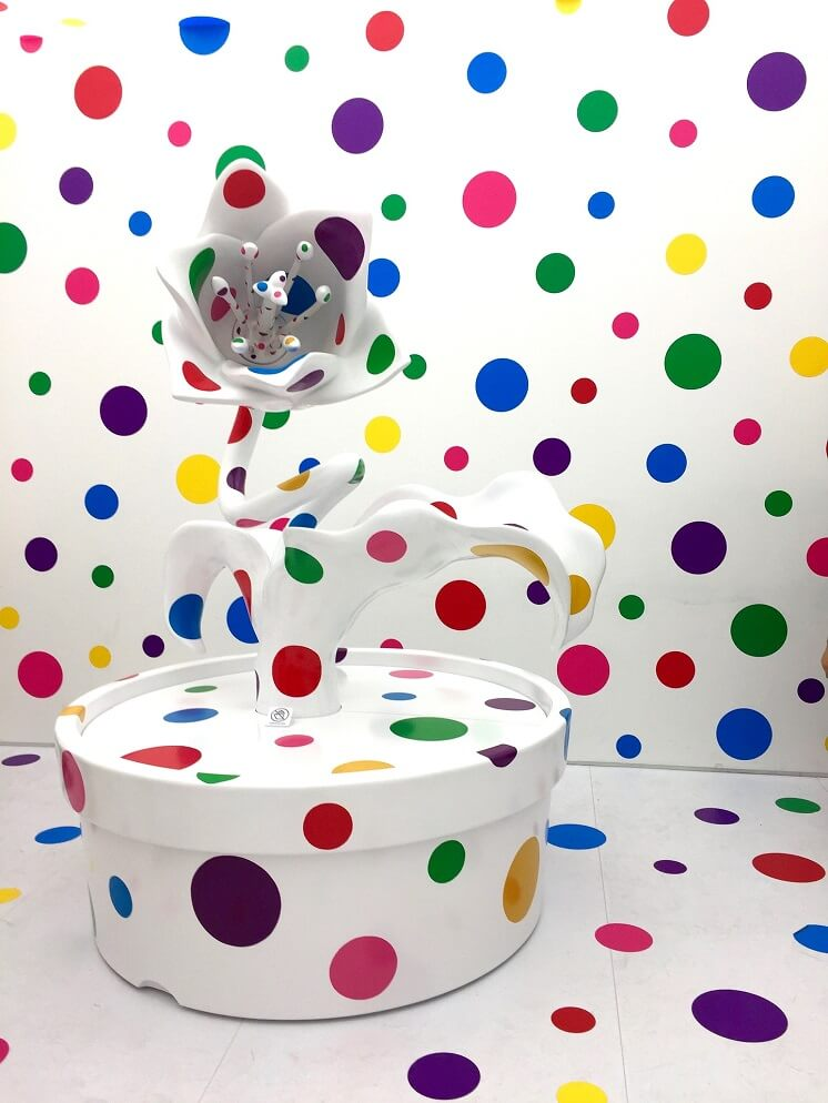 японский художник Кусама цветок точками